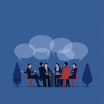 ビジネスチームマネージャーが表示されるオフィスのバブルチャットで話し合います。