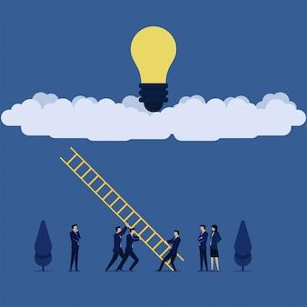 ビジネスチームは、オンラインでアイデアを得るというクラウドのメタファーでアイデアを得るためのはしごを設置しました。