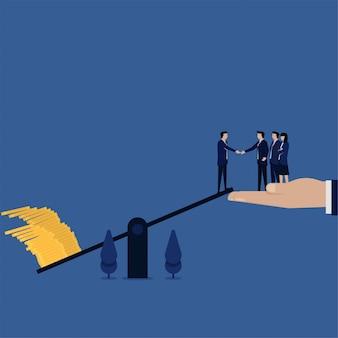 Бизнес плоский человек поднять деньги на шкале метафора денежной политики.