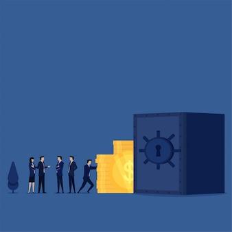 Бизнесмен подтолкнуть монеты к сейфу, в то время как менеджер обсудить метафору безопасности сбережений безопасности.