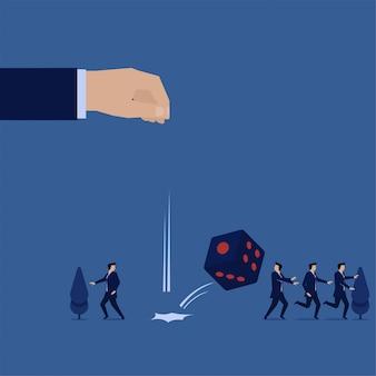 Бизнес плоской концепции рука падение кости и команда запустить страшную метафору риска и возможностей.