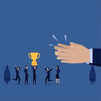 Бизнес-менеджер квартиры получает трофей и хлопает в ладоши за достижения.
