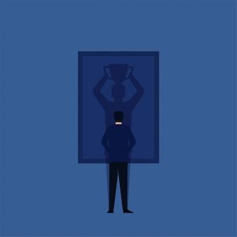 男が立ち、フレームに勝者の影を見る