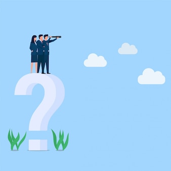 マネージャーは、ビジョンの大きな疑問符のメタファーで遠くを見ています。ビジネスフラットの概念図。