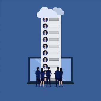 ビジネスマンのチームはオンラインで候補者を参照してください。