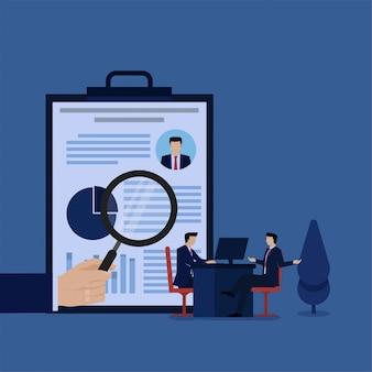 Человек сидеть и говорить с рукой держать увеличить метафору интервью и найма. бизнес плоской концепции иллюстрации.