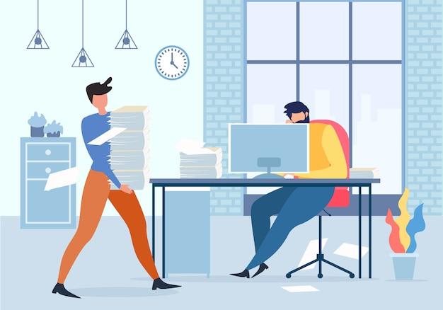 Менеджер холдинг бумаги стека человек за компьютерным столом