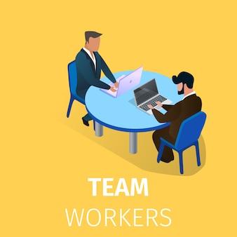 Бизнесмены сидят за столом и работают на ноутбуках