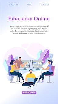 Молодые люди учатся онлайн вместе на компьютерах