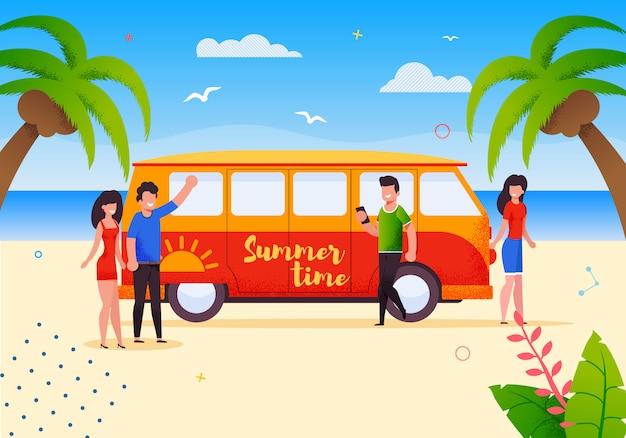 Счастливые туристы на летних автобусных каникулах