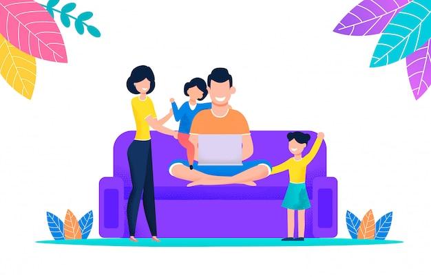 Семья смотрит фильм на ноутбуке, сидя на диване