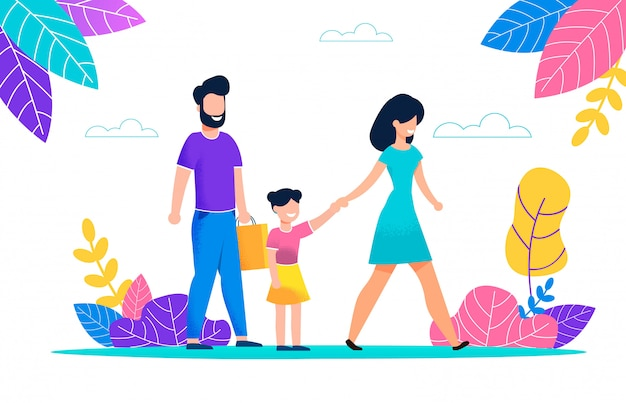 Счастливая молодая семья прогуливается в летний жаркий день