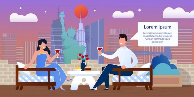 屋外カフェでロマンチックなデートで幸せなカップル