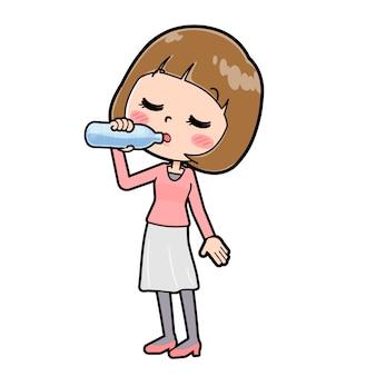 ピンクの服を着た女性が水を飲む