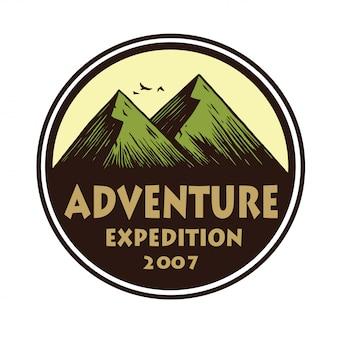 キャンプマウンテンアドベンチャー、エンブレム、バッジのロゴ。キャンプフォレスト内ベクトルサークルイラストデザインテンプレート