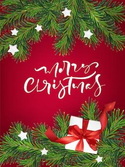 テキストメリークリスマスと現実的なクリスマスツリー、ギフト、ベリーの花輪フレーム