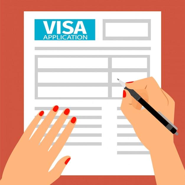 女性の手がビザ申請書に記入、