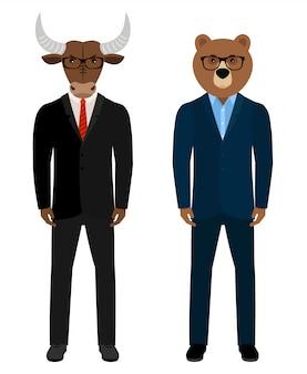 Медвежьи и бычьи бизнесмены, трейдеры. медведь мужчина и бык в деловых костюмах изолированы