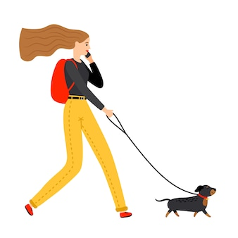 犬と一緒に歩いている女性