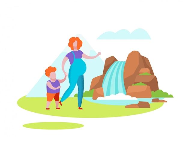 妊娠中の女性は小さな男の子の滝で歩く