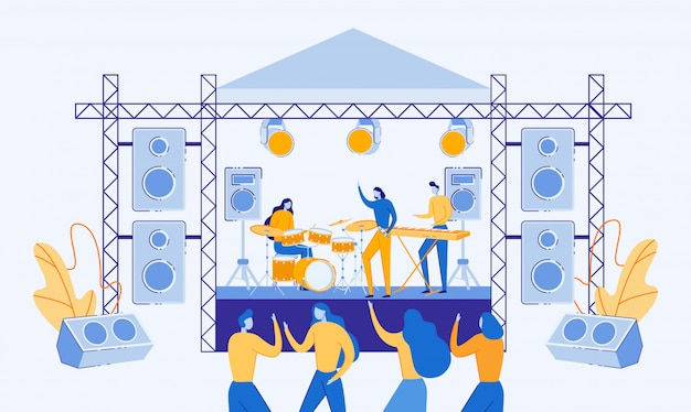 野外ステージで演奏し歌うミュージシャン。