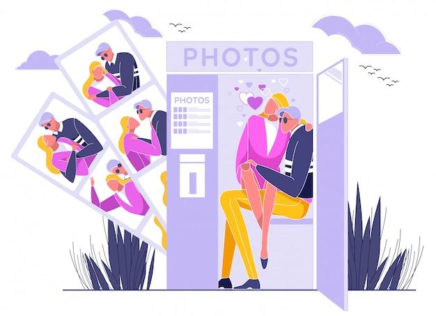 フォトブースに座って写真を撮るカップル。