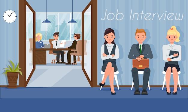 求職者は人事マネージャーとのインタビューの順番を待つ