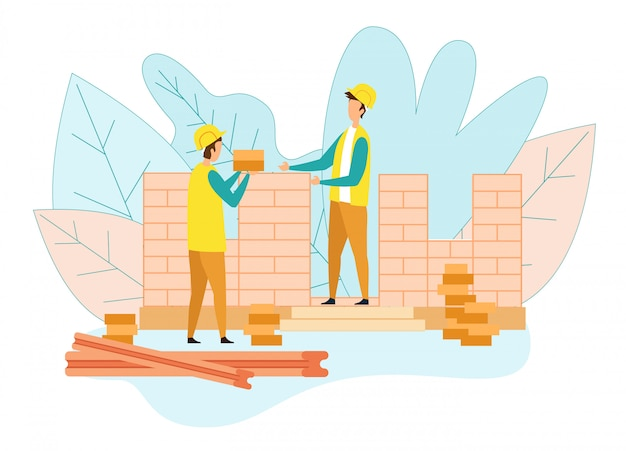 同僚にレンガを与える労働者が家の壁を置く