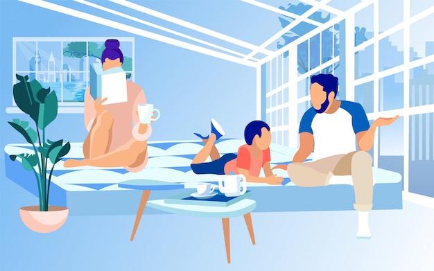 Семья, проводящая время вместе на уютном матрасе