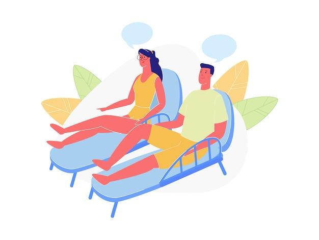 Пара отдыхает на пляже, сидя на шезлонгах