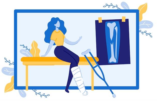 Персонаж, сидя на диване с переломом ноги.