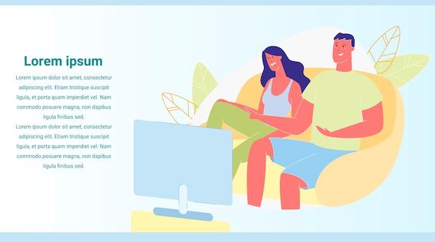 テレビバナーでコメディ映画を見ている若い愛するカップル
