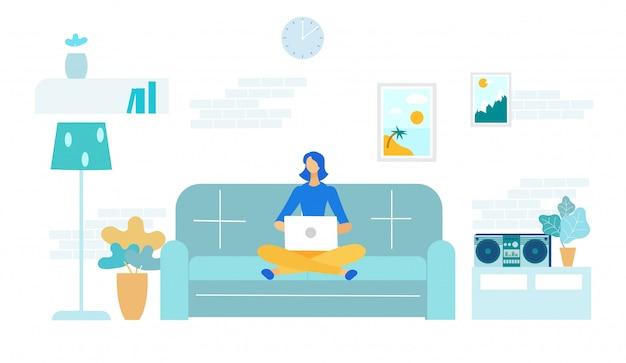 Фрилансер женщина с ноутбуком на диване у себя дома.