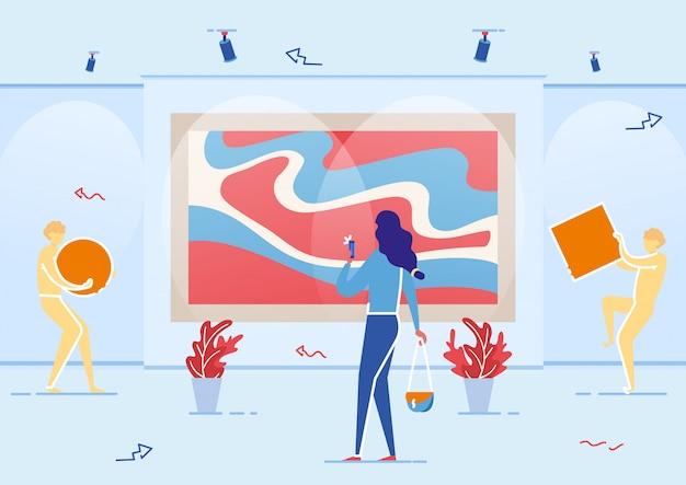 Молодая женщина турист посещает художественную галерею в зале.
