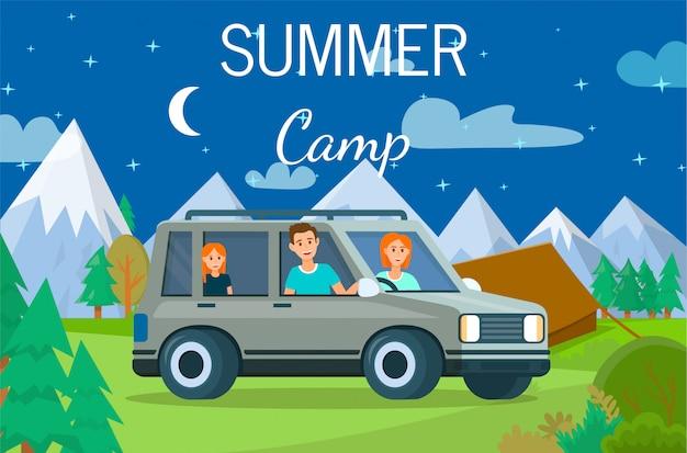 Пара родителей и девушка стоят на машине в палатке.
