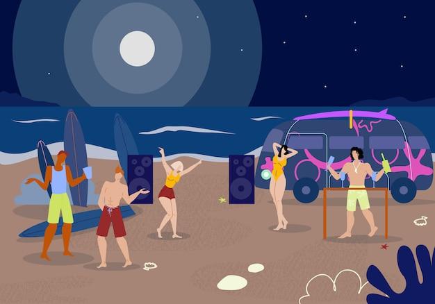 会社の若者が夜のビーチでクラビングします。