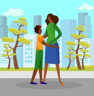 晴れた日に屋外で母を抱きしめる息子