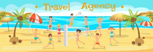 Друзья играют в волейбол на песке.