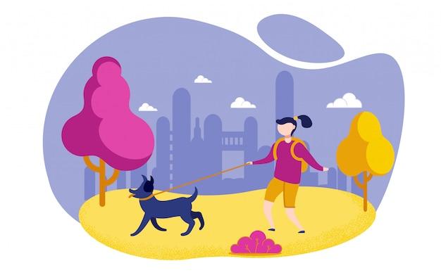 Девушка с рюкзаком гуляет с собакой