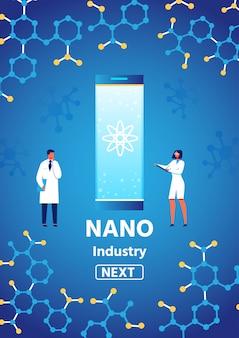 男性研究者および女性科学者と垂直バナー上のテキストを提示するナノ産業