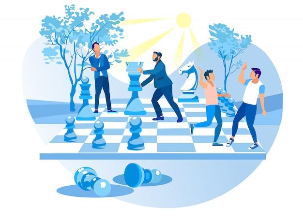 男性はシティパークでビッグチェスをします。チェスの駒。