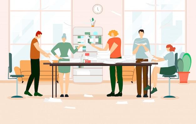 テーブルで論文を扱う同僚のグループ