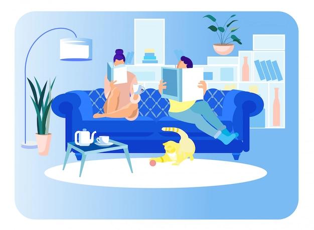カップルの女性と男の読書ソファに座っています。