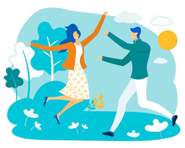 Влюбленная пара гуляет в городском парке солнечная погода