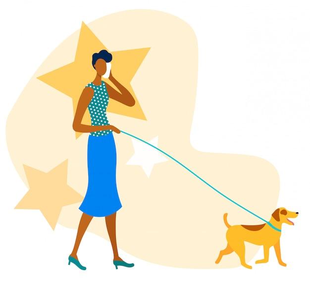 オフィスの女性は、犬の散歩中に電話をかける