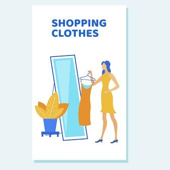 Женщина в большом зеркале примеряет повседневную одежду