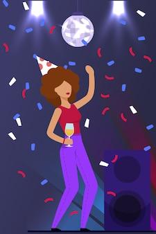 Женщина танцует и празднует день рождения в ночном клубе
