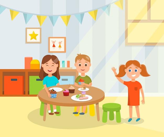 幼稚園で甘い休日の軽食をしている子供たち