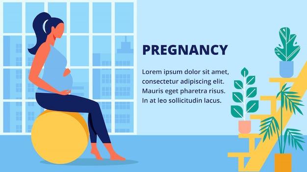 Беременная женщина в синей рубашке сидит на фитбол.