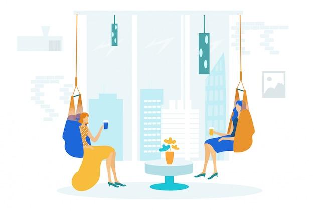 ハンモックの椅子に座っている女性